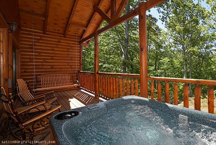 1 bedroom cabin w/ hot tub overlooking small creek