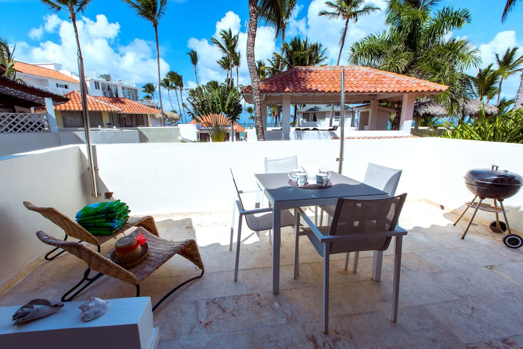 Sea view terrace with outside dinning area, BBQ and loungers