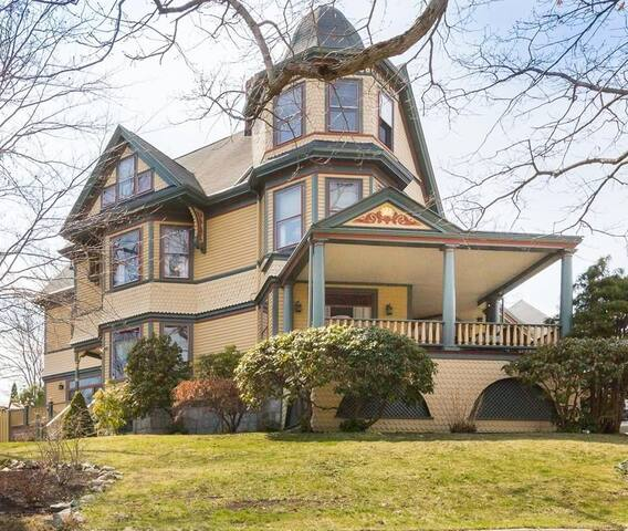120 yr old Queen Anne Victorian home close to city