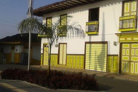 Casa en Bahareque y Tapia pisada Para 4 Personas.