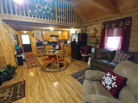 Cardinal Cabin with Hot Tub, wifi, and park pass
