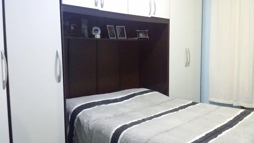 Quarto 1 - Cama Casal, com armário.