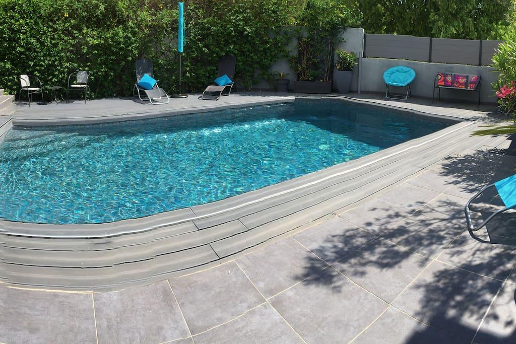 Farniente et bronzing assurés !piscine traditionnelle en mosaïques turquoise/ gris ( Nouvelle tendance)de 7,50/4,50m, trois marches pour une descente dans l eau en douceur ..