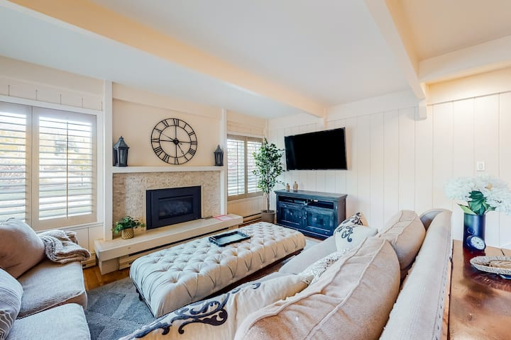 Ideal getaway close to lifts w/ elegant decor, garage space, & perfect location