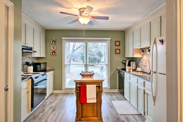 This charming unit features 2 bedrooms, 2 bathrooms and accommodations for 6.