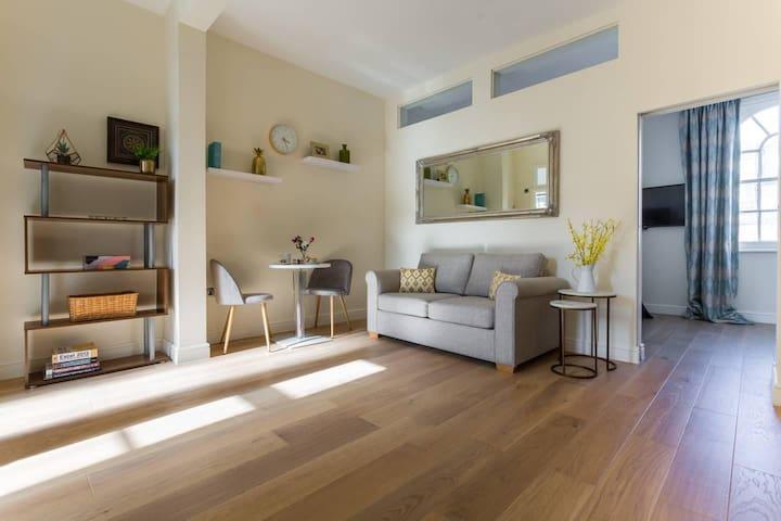 Modern 1BR Top Floor Apartment In Paddington