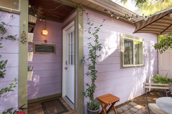 Cozy Lavender Cottage in the heart of Los Angeles