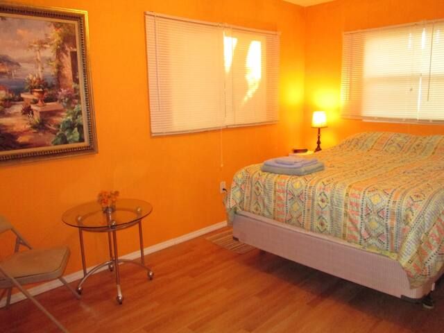 Adorable Orange Room  in a House - North Fort Myers - Casa