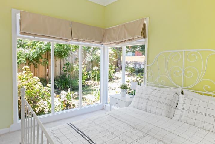 Serenity in the East - Spacious 3 bedroom+Parking