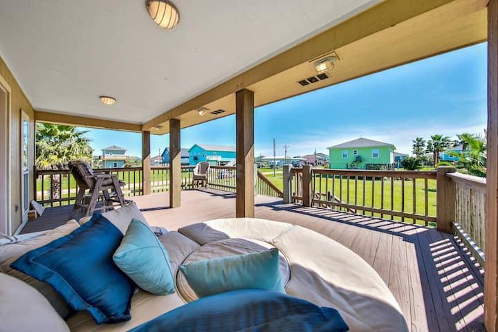 Homey dog-friendly retreat w/lawn views & large deck - close to the beach