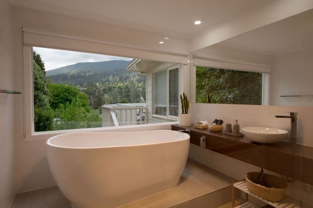 Relaxing bath with mountain view (with privacy screen and blind)
