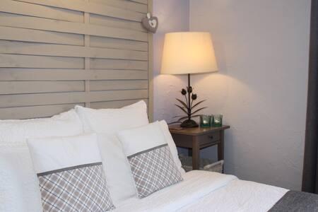 "Near Sarlat, Cosy bedroom 4'6"" bed w/ priv.sh.room - Saint-Cybranet - Bed & Breakfast"