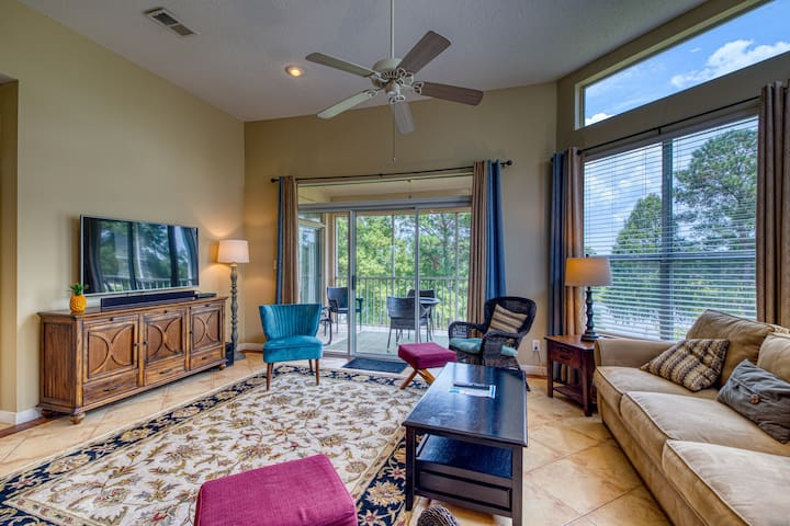 Family-friendly condo on golf course w/ shared pool & close to the beach!