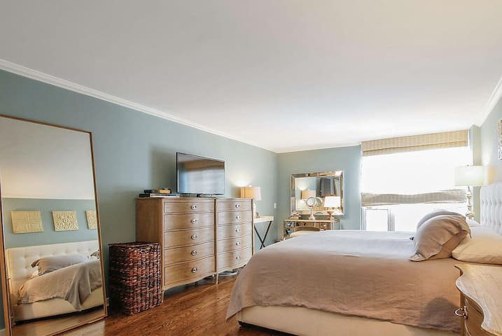 Mag Mile Lakeview Condos 2BD/2BA 6