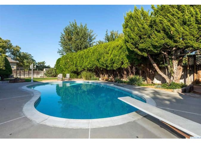 Vacation home w/ Pool,  Hot Tub, Middle of City