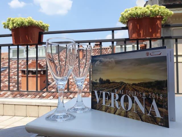 Un buon bicchiere di vino in terrazza