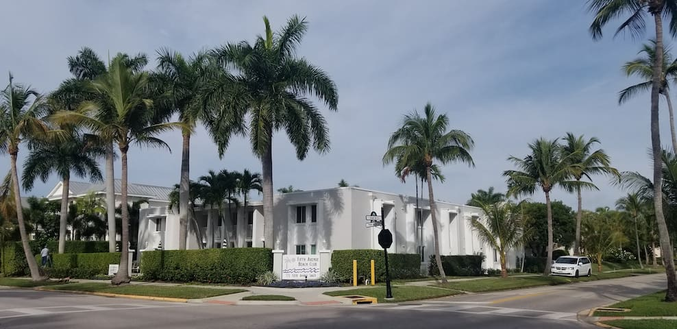 Naples Easy living 1.5 blocks from Beach!