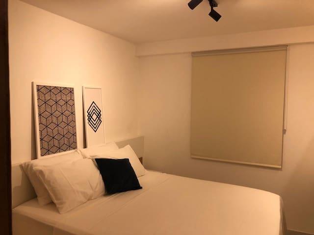 Imagem do quarto com cama Queen e cortina com blackout.