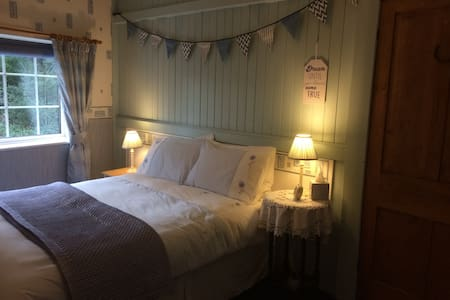 Quirky 2 bed Cosy Cottage - Free Wi Fi & Garden - Manchester