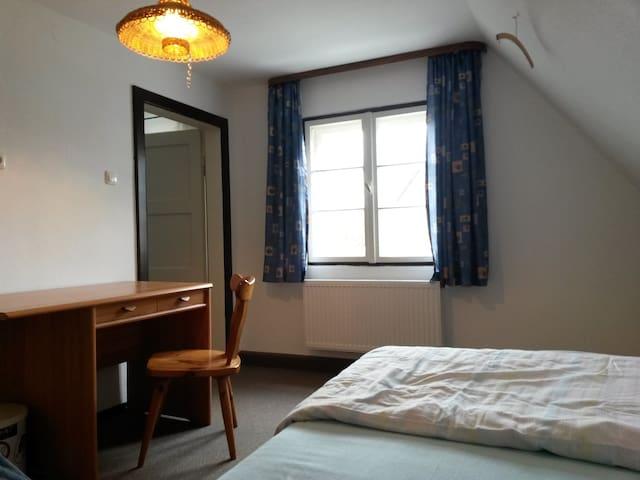 kleines, gemütliches Zimmer im Münchner Umland
