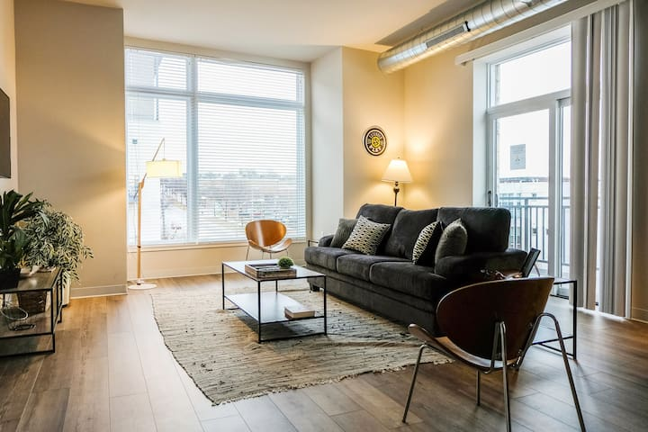 Stylish Loft | Walk to Brewery + Riverwalk
