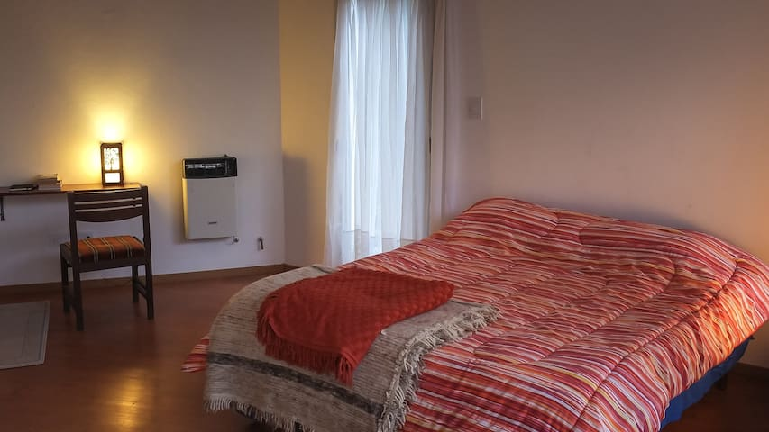 Dormitorio en planta alta. Cama Queen con baño en suite y balcón al Oeste