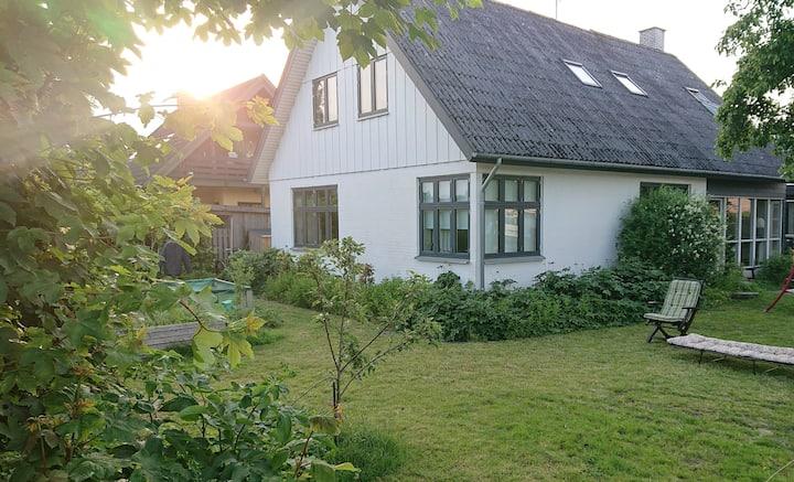 Stort hus med mange værelser i roligt område.