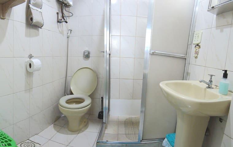Banheiro com aquecedor de água a gás automático (Bathroom with automatic heater)