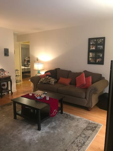Cozy 2 Bedroom Condo in Chicago with parking