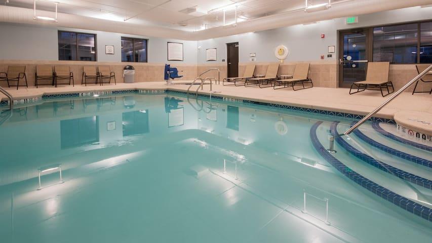 Free Breakfast Buffet + 20 Minutes from Niagara Falls! Pool & Hot Tub.