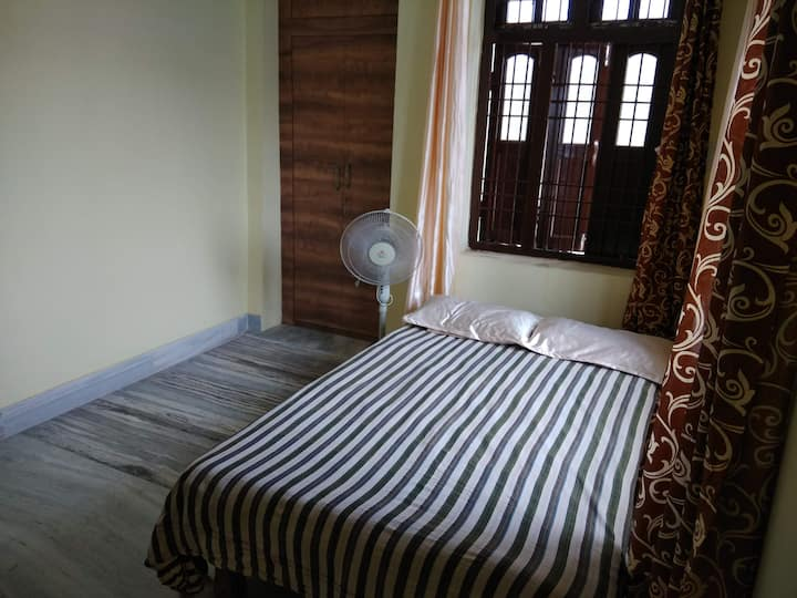 1BHK AC (east) quite colony near Ganga +/- pickup*