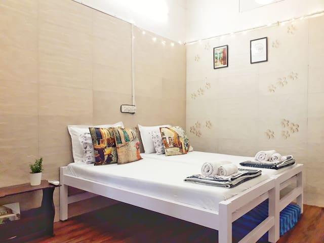 Close to Coast: Cosy AC studio opposite Juhu beach