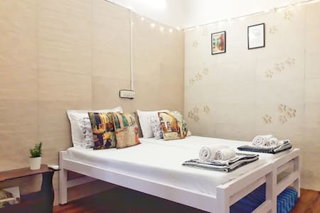 Close to Coast: Private AC studio opp Juhu beach
