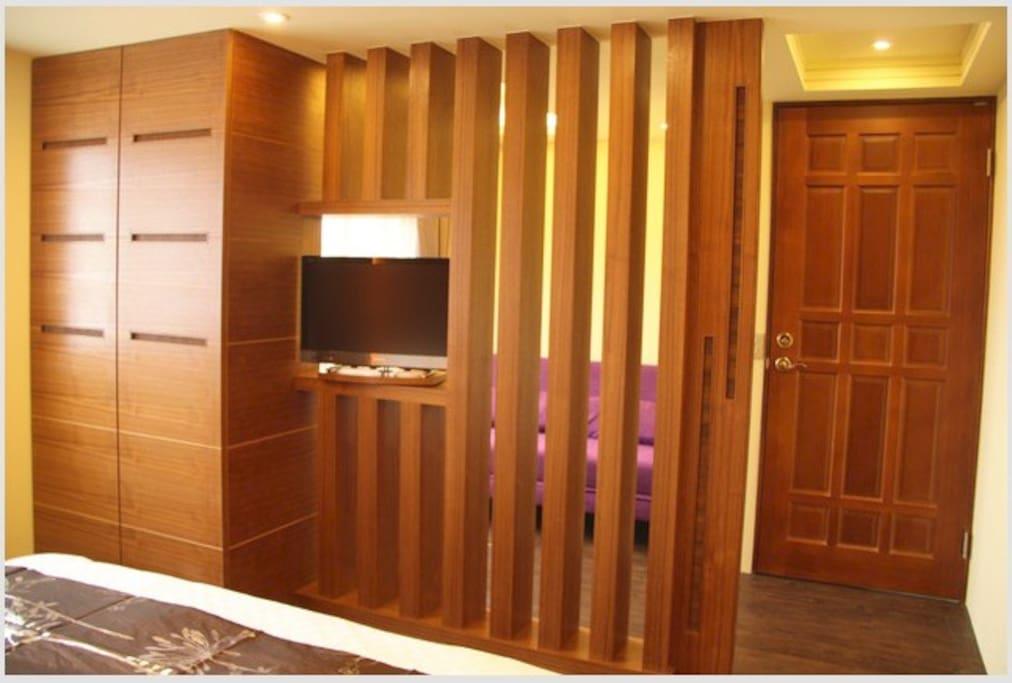 臥房區與小客廳隔間 可旋轉電視