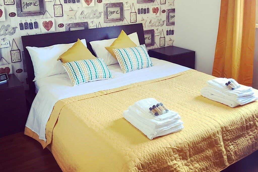 Camera da letto con comodo letto matrimoniale, scrivania e cabina armadio a disposizione. Nella camera c'è l'impianto di aria condizionata