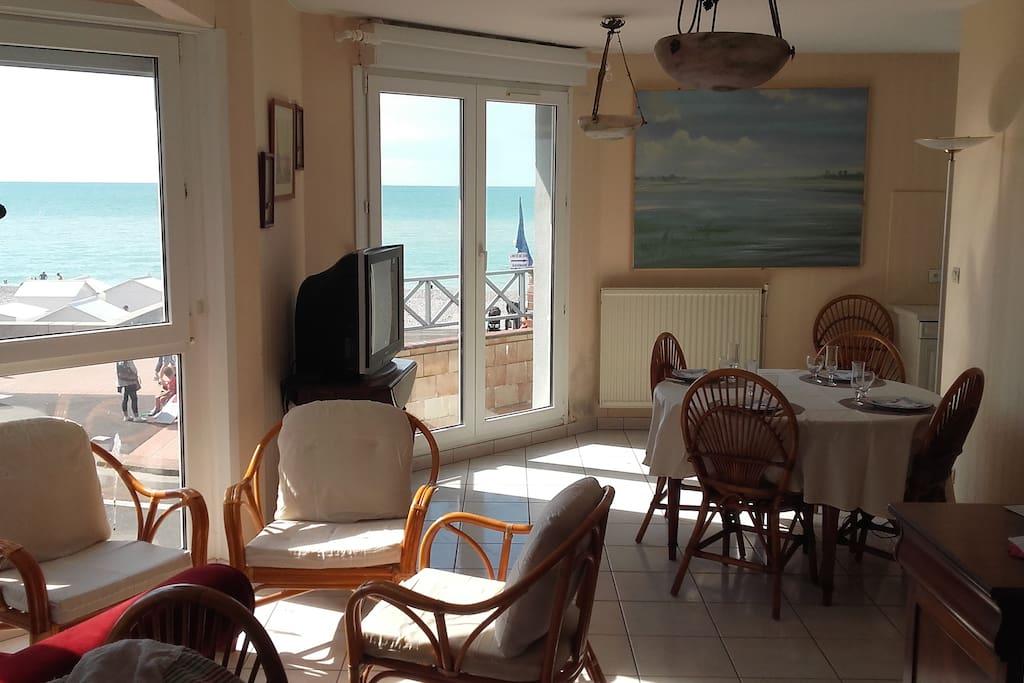 Le séjour salon avec vue sur mer