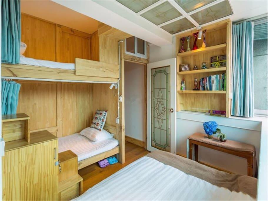 每个房间三个床位,可以指定哦