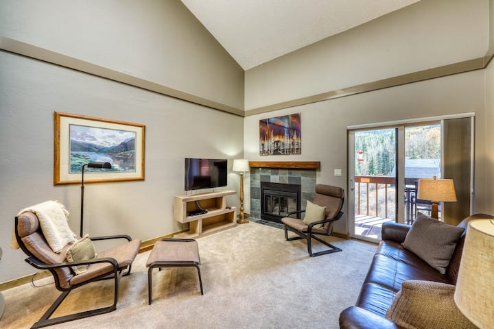 Top-floor condo w/ deck & shared pool/hot tub/sports courts - on bike path!