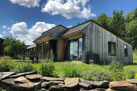 Rustic Retreat on Ski Trail/15m to Hill Farmstead!