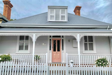 WHITE COTTAGE Luxe 4 bed house West Hobart