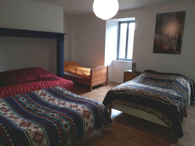 Chambre 1 - 2 lits doubles, 1 lit simple,  1 lit d'appoint
