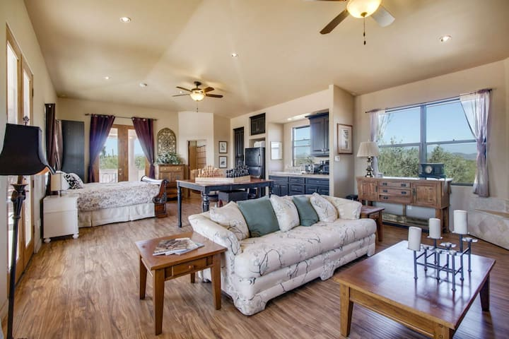 Casita with Private Entrance, Kitchenette, Hiking trails, Golf Courses, and Beautiful Scenic Views!