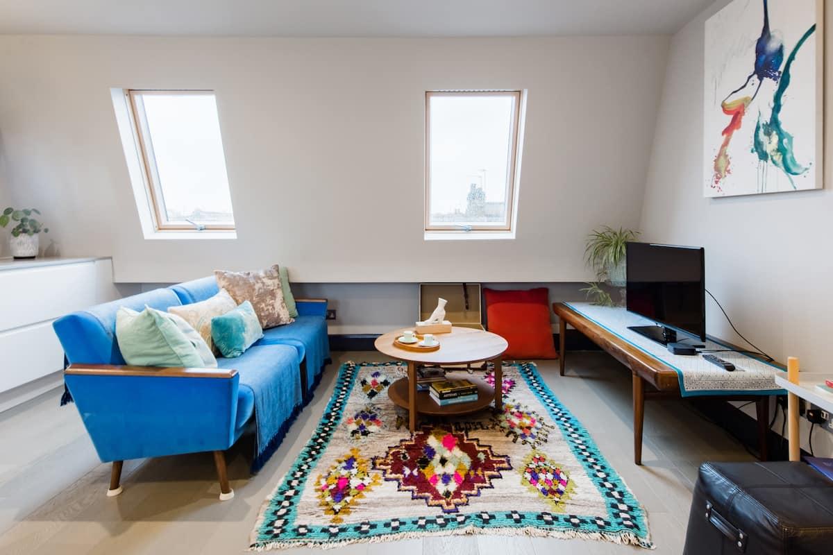 Hop to Westfields from Roomy Top-Floor Duplex