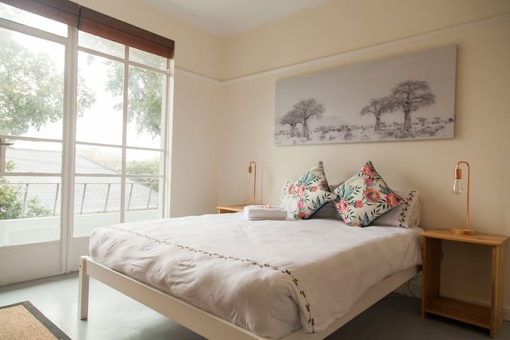 Cosy Getaway With Balcony In Cape Town Centre