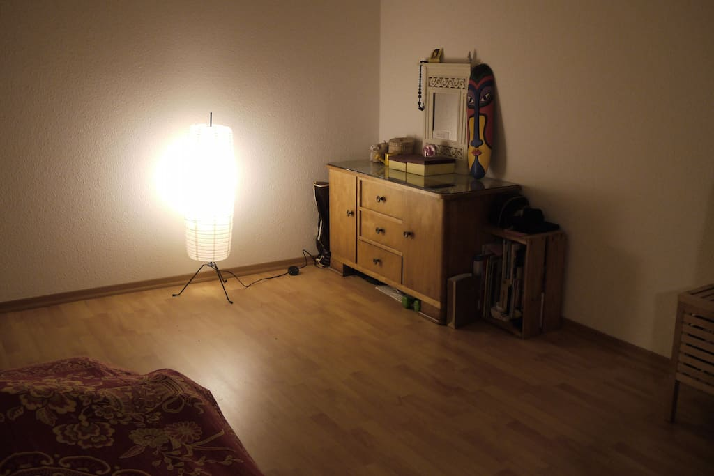 Another view of the room with a commode / Anderen Anblick vom Zimmer mit Kommode