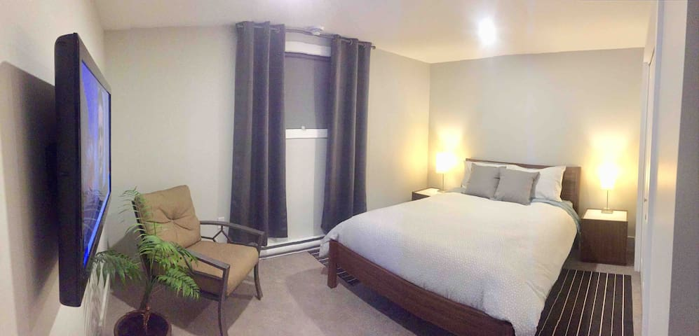 Chambre avec lit queen et téléviseur