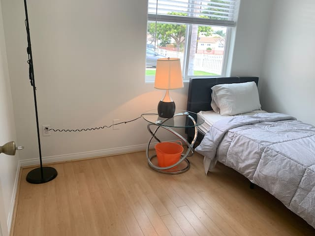 Redondo beach/LAX/private bedroom/free parking