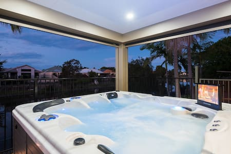 Luxury Waterfront Home - Burleigh Waters - Talo