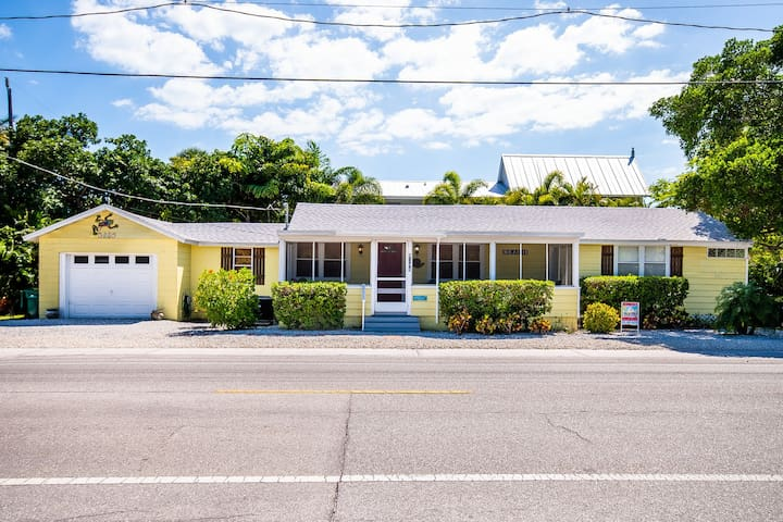 Spacious dream home w/ beach access & nearby trolly stop!