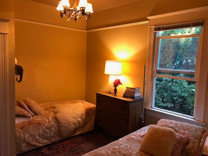 Rose Cottage Bedroom in the Heart of Hip Hawthorne